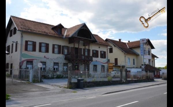 Pogled na zgradbo s ceste